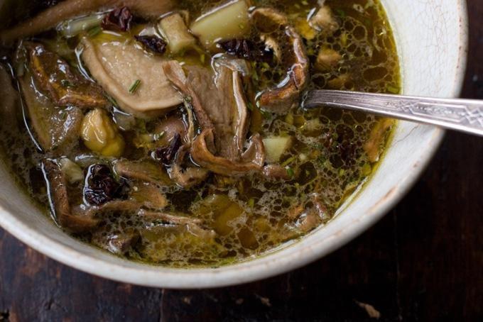 Во время ожидания, когда вода закипит, подготовьте остальные ингредиенты: очистите для будущего супа.