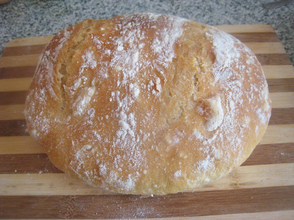 Если нет уверенности, что вам хочется часто заниматься приготовлением такого продукта, лучше попробовать испечь хлеб дома в духовке.