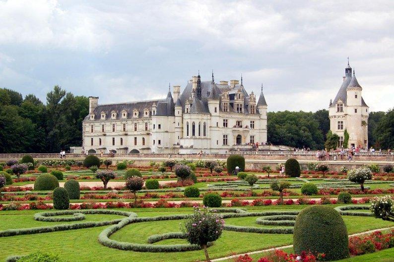 Республика Франция одна из посещаемых стран. Ежегодно приезжают более двух миллионов туристов со всего мира. Многих привлекают лазурные пляжи и множество достопримечательностей.