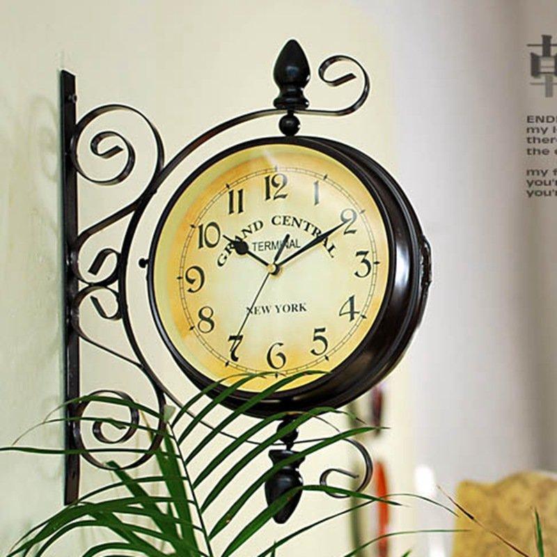 Настенные часы в интерьере викторианского стиля