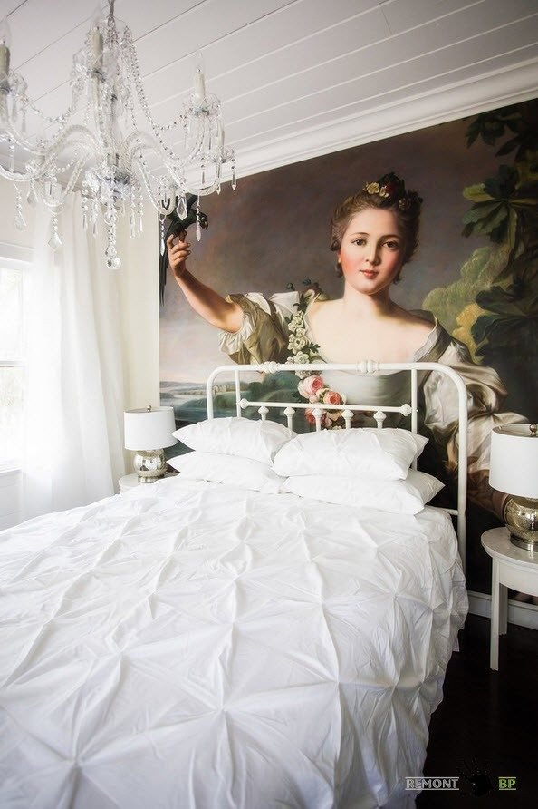 Кровать с кованными белыми спинками в спальне в стиле шебби шик