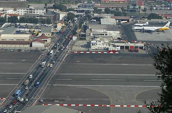 Гибралтарский аэропорт. Перекрёсток открыт для автомобилей