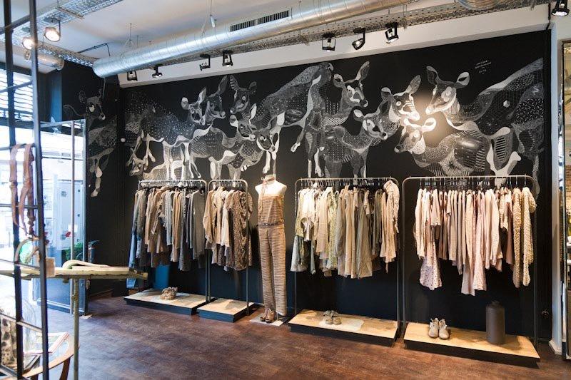 Рисунок мелом в интерьере магазина одежды