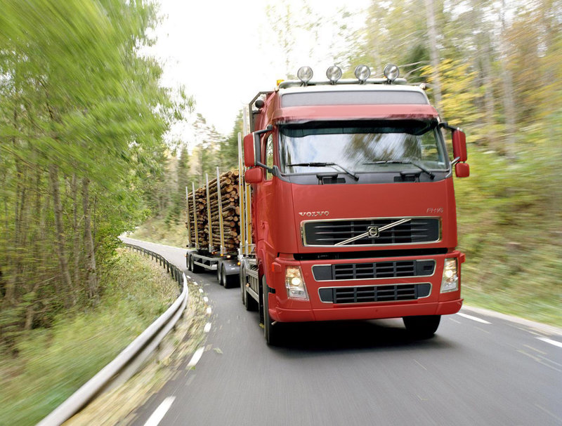 Услуги лесовоза Volovo FH16 Окажем услуги по погрузке и перевозке древесины. Лесовоз Volvo FH16 с прицепом и манипулятором. Загрузка до 45 м. куб. Длина на автомобиль до 10.3 м., на прицеп до 9.3 м. Длина сцепки 20м.
