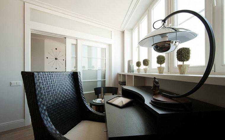 Интерьер кабинета выдержан в современном стиле с элементами ретро. Настольная лампа, освещающая пространство рабочего стола