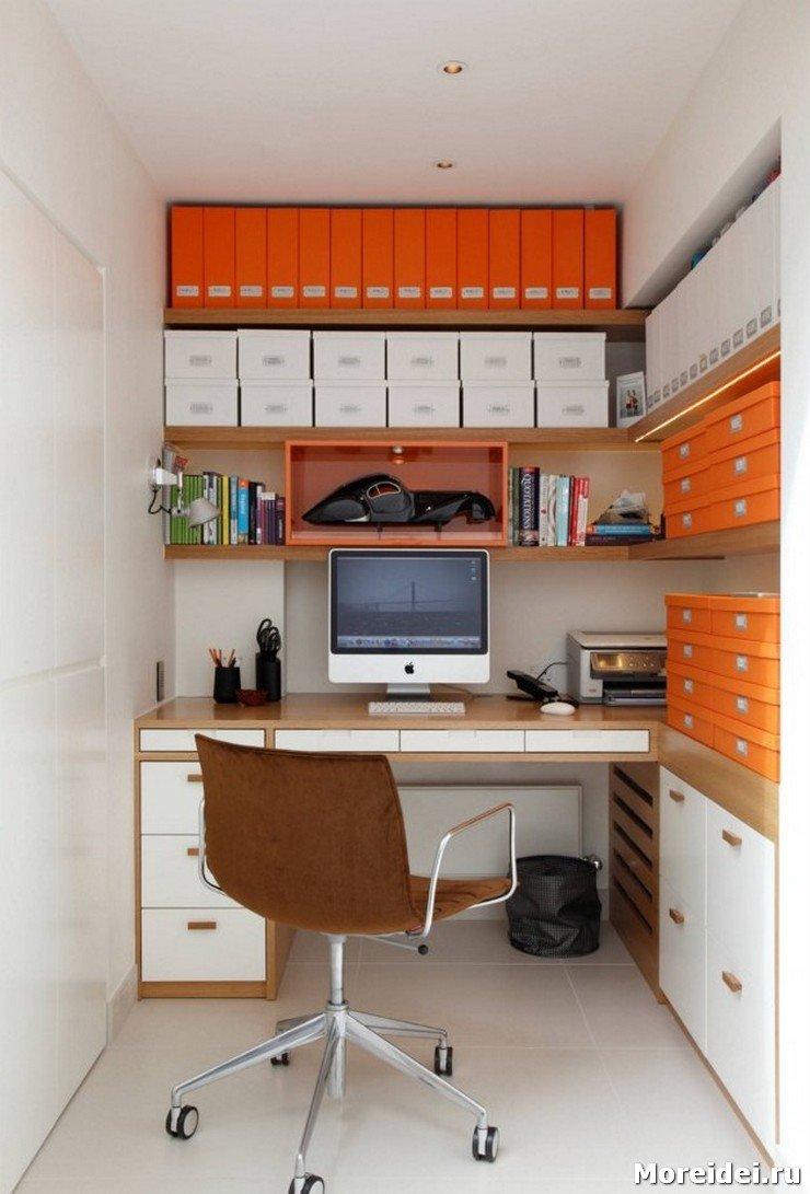 Выделяют рабочий уголок в большинстве случаев за счет мебели. Стол с надстройками и со стеллажом уже сам по себе образует зону, однако можно использовать и дополнительные возможности.
