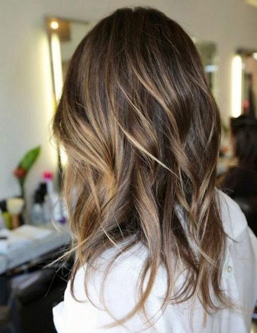 Для волос средней длины укладка с локонами - это прекрасный вариант разнообразить повседневный образ.