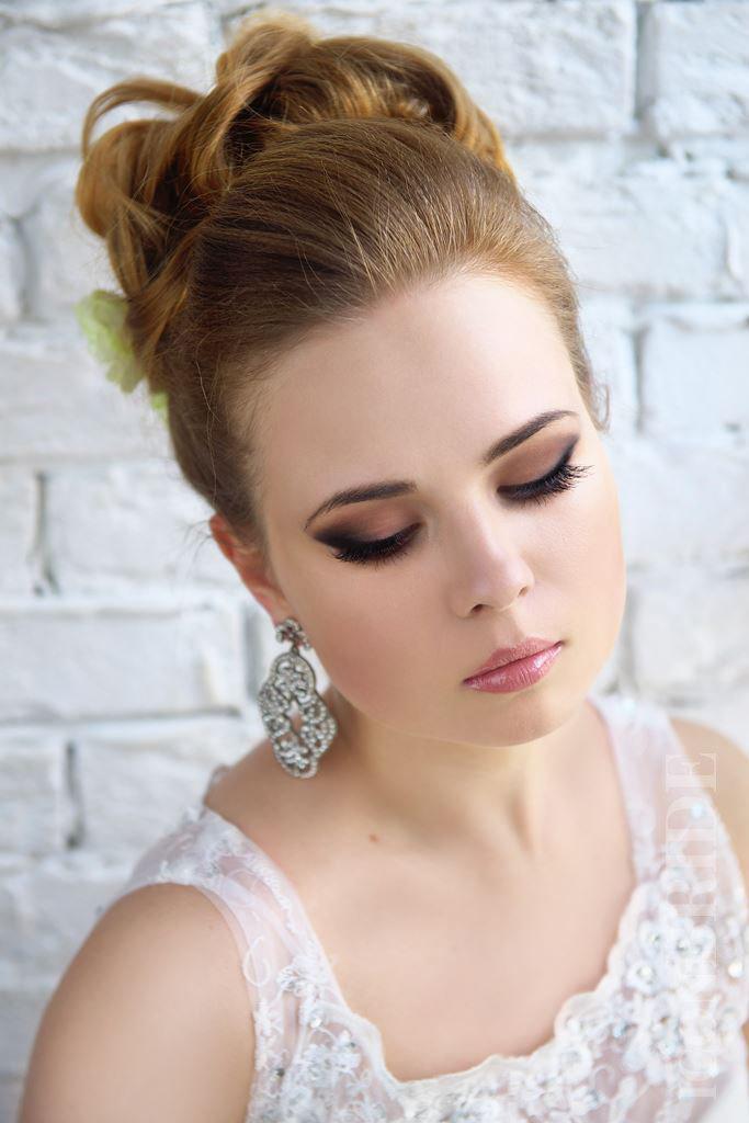 В моде как легкие естественные макияжи, так и с акцентом на губы или глаза.