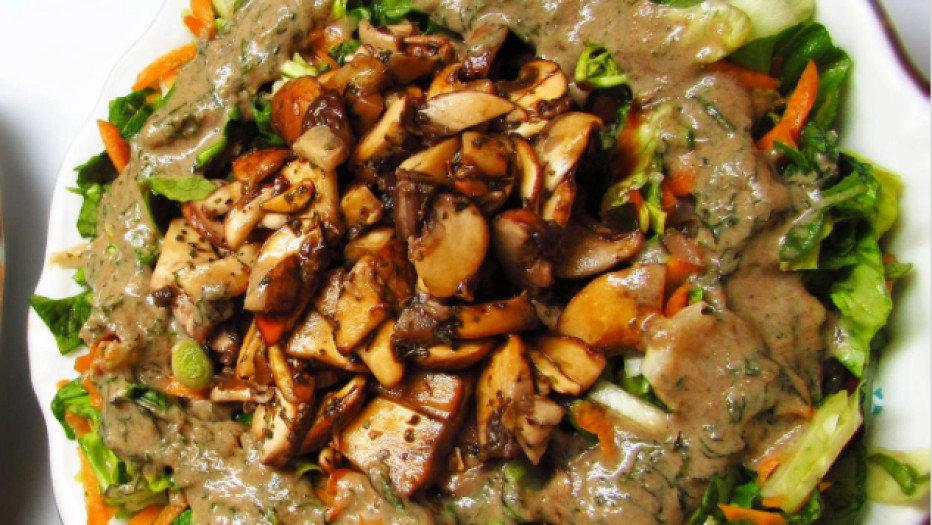 Салат с консервироваными маслятами