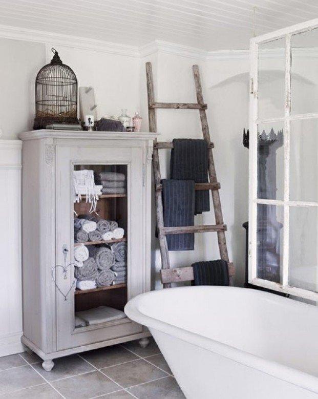 Аксессуары для ванной - деревянная лестница как держатель для полотенец