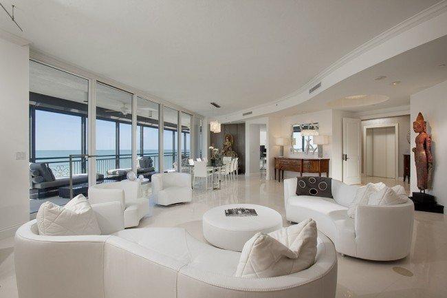 Асимметричная композиция гостиной из мягкой мебели плавных форм