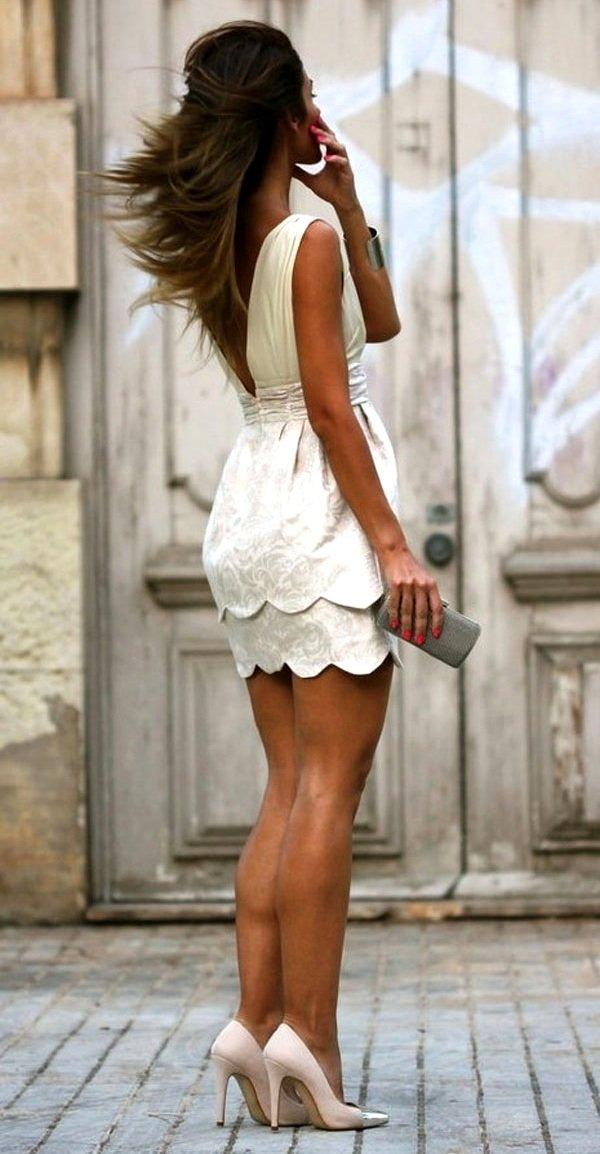 В коротком платье на шпильках-стишки