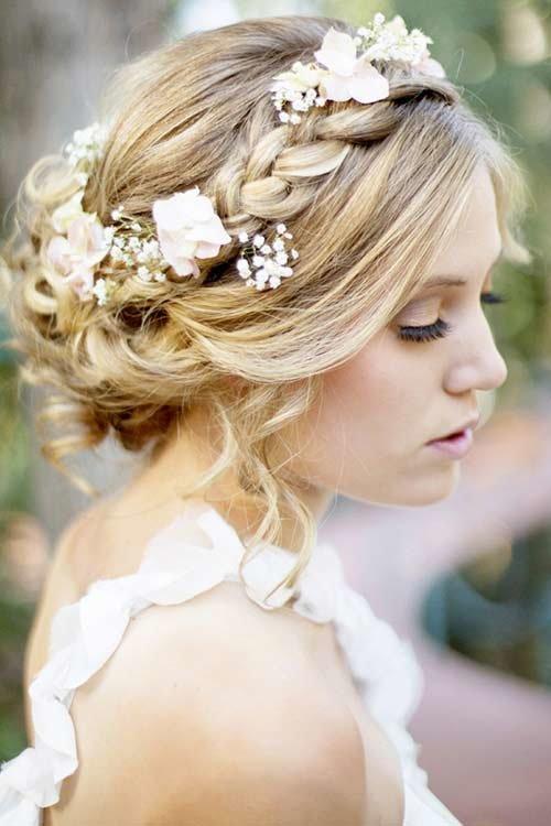 На фото прическа с живыми цветами в волосах