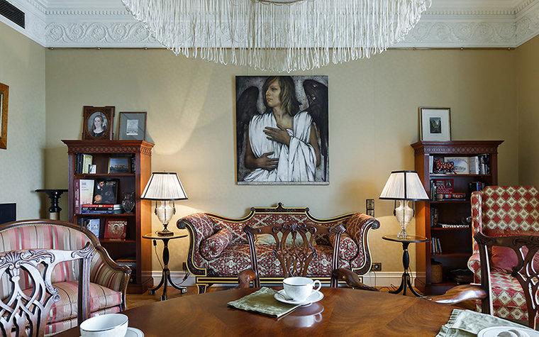 Автор проекта: дизайн-студия Art Spice. Фотограф: Иван Сорокин. Оформление гостиной в стиле современной викторианской классики требует большого количества разнообразных светильников. Парные лампы на подставках удачно дополнили композицию большой люстры, расположенной над столом.