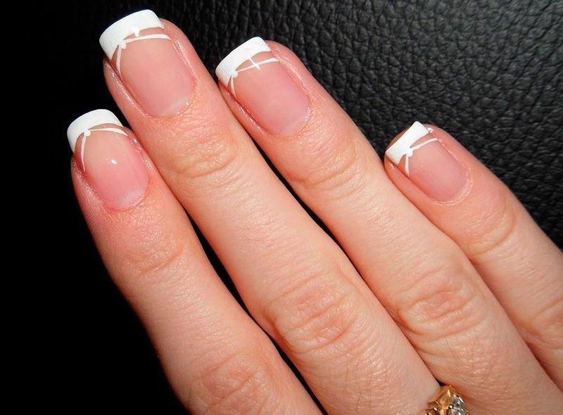 При создании свадебного маникюра наиболее часто выбирают нежные оттенки лака: белый, бежевый, персиковый и похожие пастельные тона.
