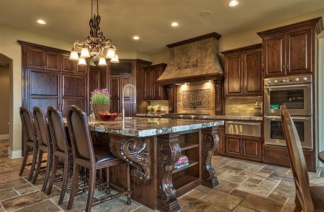 Стильная кухня с кованой люстрой.