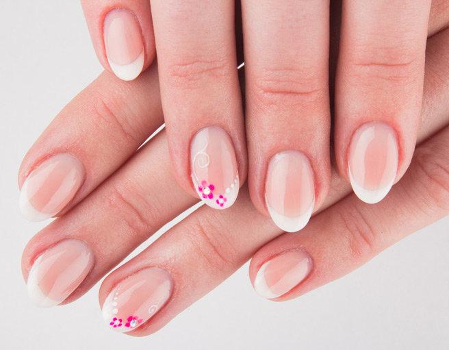 Свадебный маникюр на короткие ногти - фото