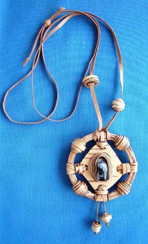 Украшение в этническом стиле, сделанное из бересты и камня