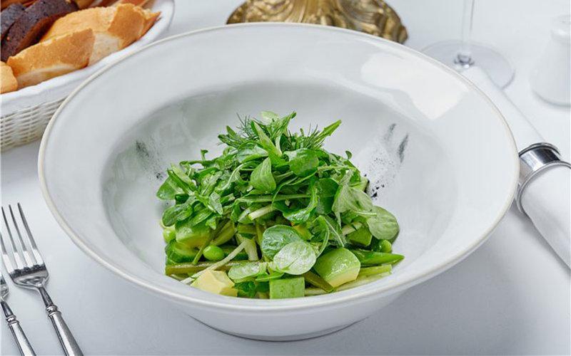 Зеленые листья салата с авокадо, спаржей и стручковой фасолью.Рецепт от шефа-повара Кристиана Лоренцини (блюдо из меню ресторана «Buono», Москва)