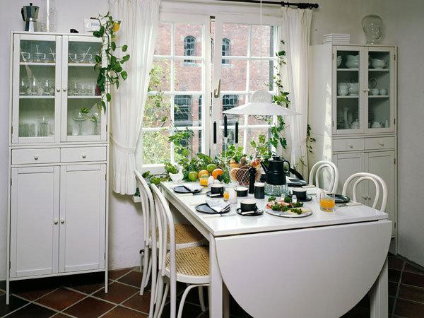 Стол у окна на кухне фото