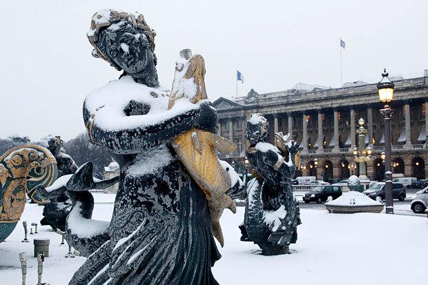 Заснеженный Фонтан на площади Согласия.Париж