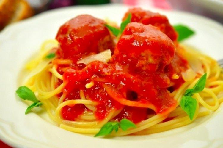 Фрикадельки в остром томатном соусе с базиликом