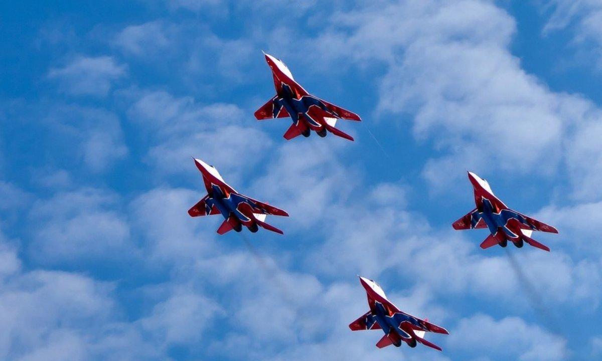 Картинки военные самолеты в небе, открытка днем