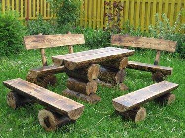 скамейки из бревен в саду