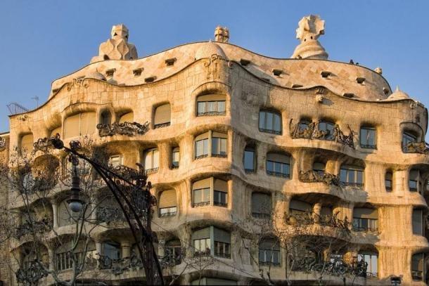 Золотой квартал в Барселоне объединяет более ста зданий в стиле модерн, спроектированныхГауди, менее известными Жозепом Пуч,Кадафалкком, Пе