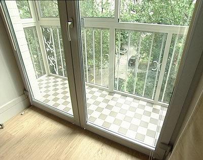 Расположенный на солнечной стороне дома французский балкон, .