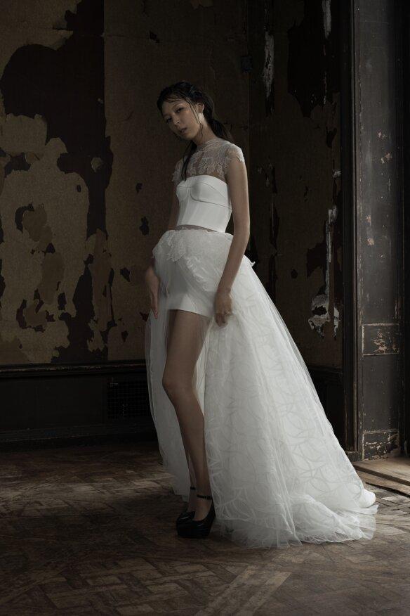 Короткое платье со шлейфом.