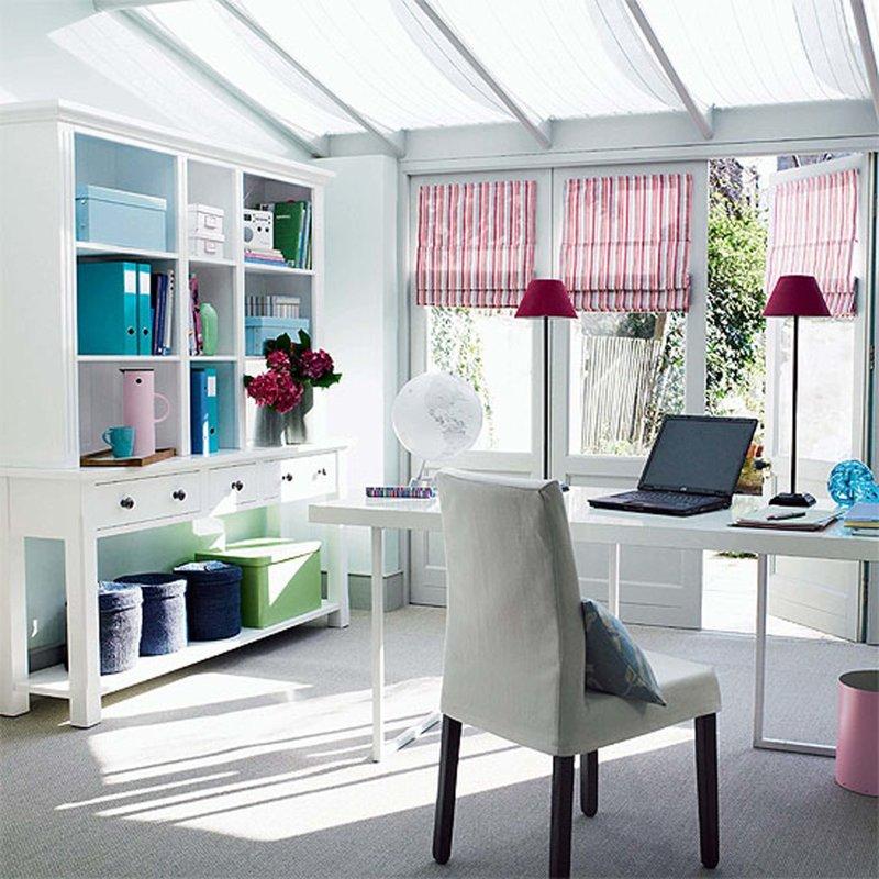светлый кабинет  с розовыми шторами