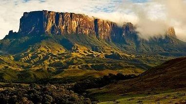 Гора Рорайма - расположена на границе трех стран: Венесуэлы, Бразилии, Гайаны