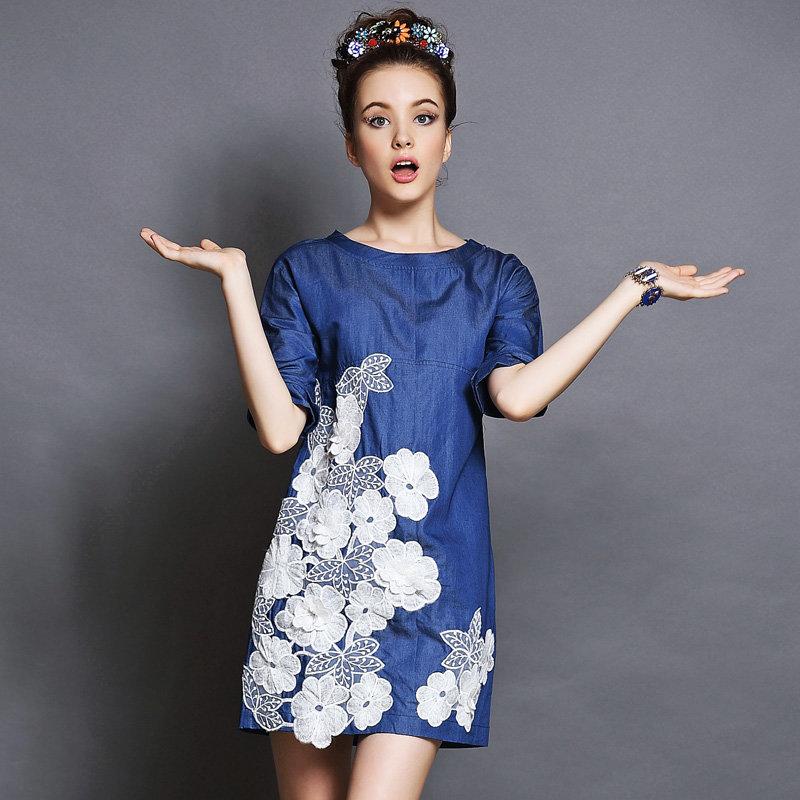 Джинсовое платье в цветах