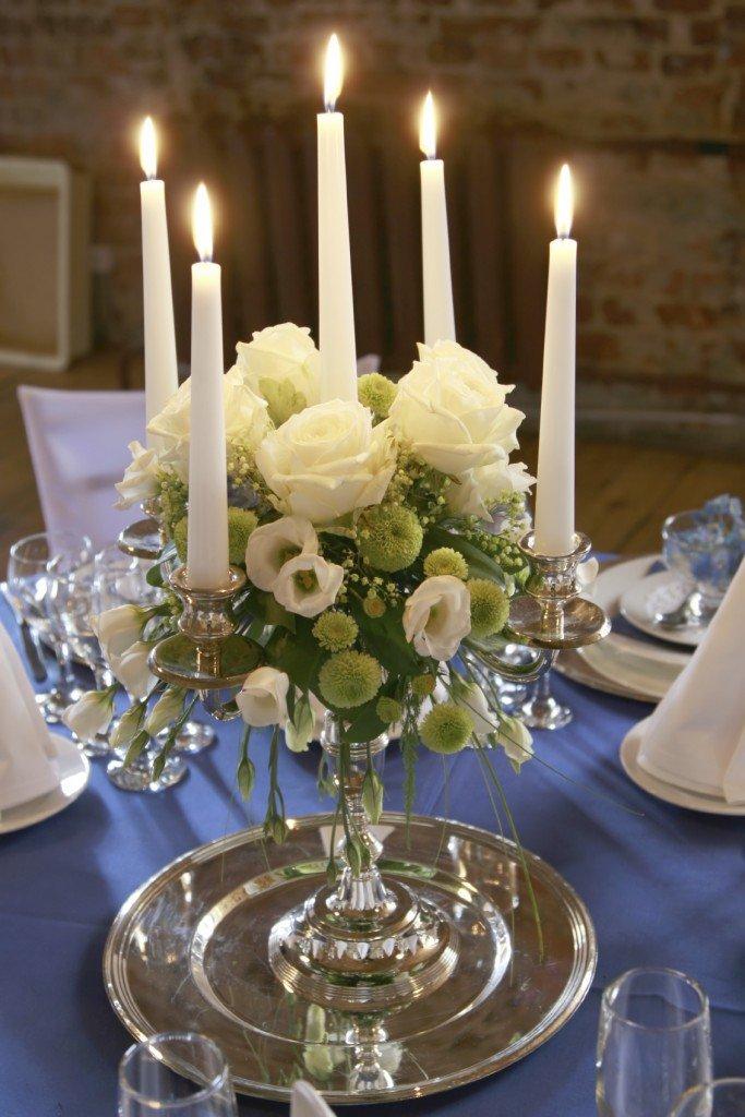 Украшение стола цветами и свечами - дизайн интерьера 86
