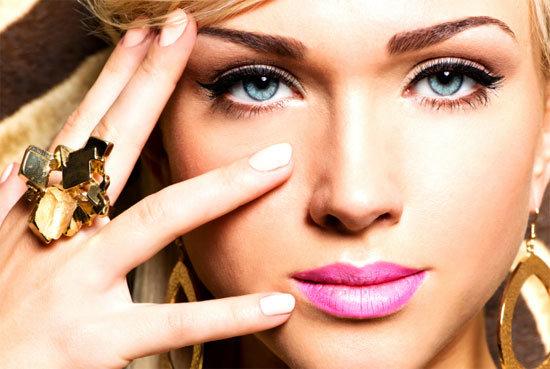 Голубые глаза таинственны и изумительны. Вечерний макияж для голубоглазых девушек в первую очередь заключается в создании эффекта широко распахнутых глаз.