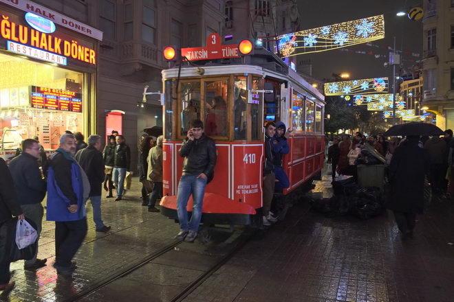 Тротуар проходит в опасной близости с линией трамвая, который, кажется, проносится буквально сквозь расположенные вдоль дороги рестораны.