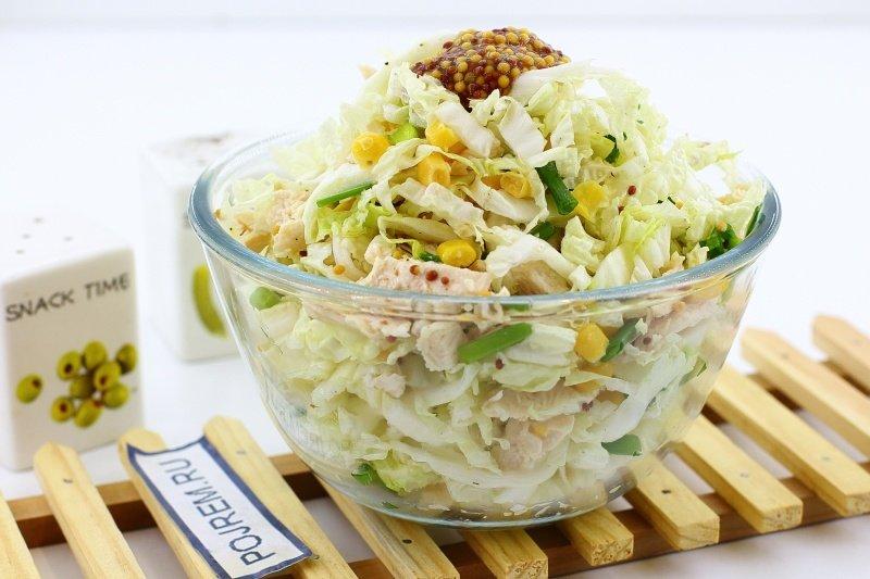 салат с курицей и кукурузой и пекинской капустой
