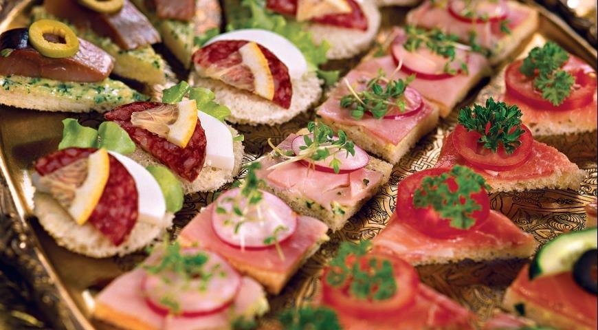 Елена ингредиенты сельдь - 10 кусочков; хлеб - 10 ломтиков; яйца варёные - 4 шт; свекла варёная - грамм; майонез - ст.