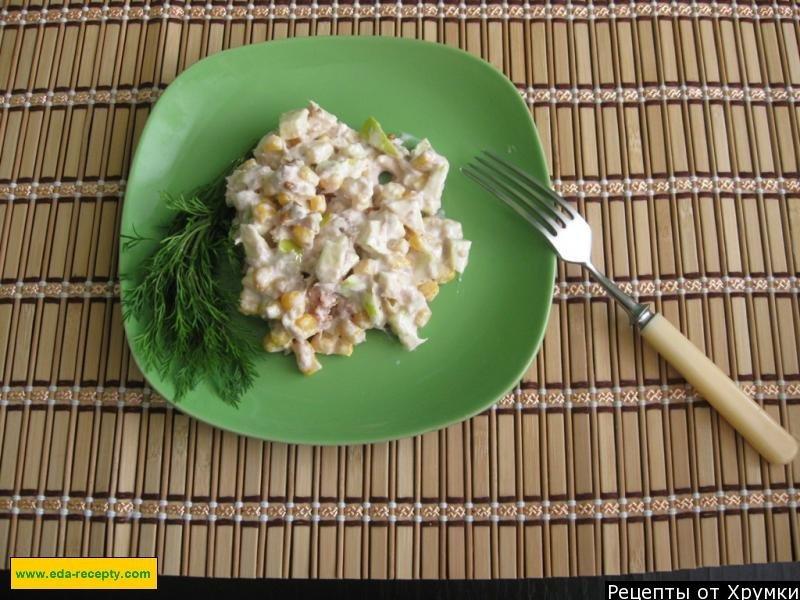 Салат из тунца консервированного ,яблок и кукурузы