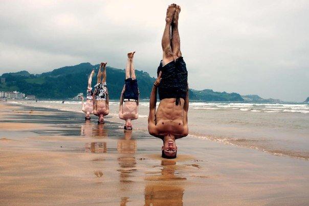 Йог стоит на голове море пляж песок