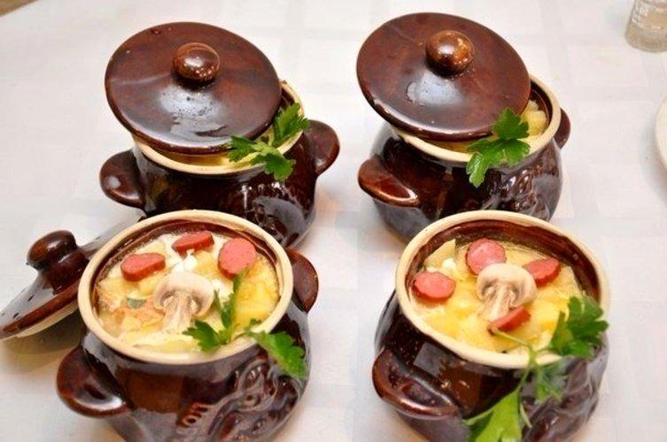 Картошка в горшочках с охотничьими колбасками | Рецепт