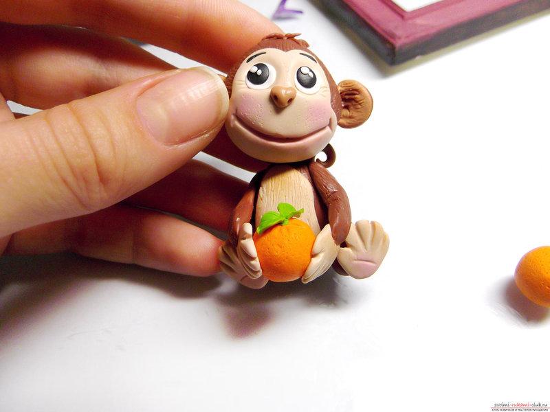 Рамка для фото с обезьянкой, созданной своими руками из полимерной глины, очень актуальна в преддверии 2016 года.