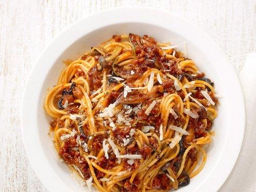 Спагетти с грибным соусом и итальянскими колбасками