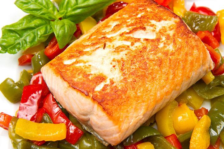 Для встречи года Огненного Петуха лучше всего включить в новогоднее меню на 2017 год рыбу и не использовать мясо птицы. Приготовить рыбу так же просто...
