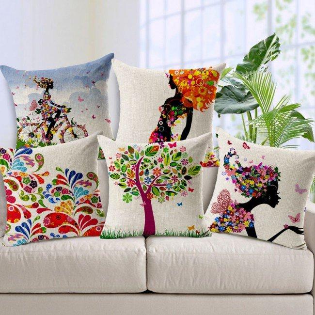 Насыщенные оттенки и принты на подушка создадут праздничную атмосферу в доме