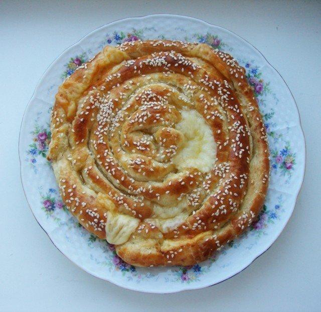 Сырный пирог из слоёного теста