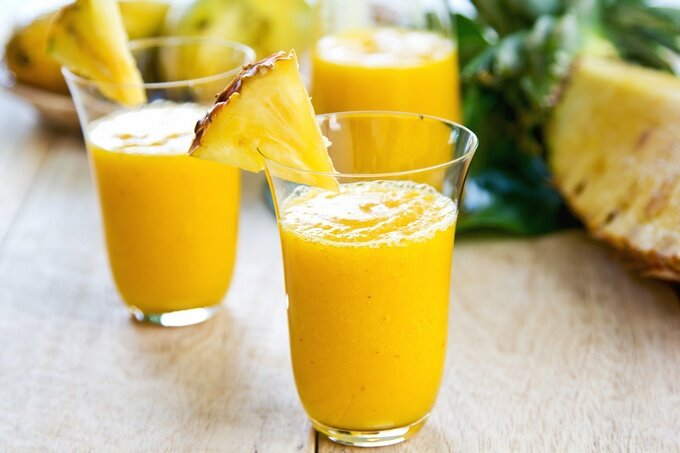 Тропический смузи с манго, ананасом и бананом