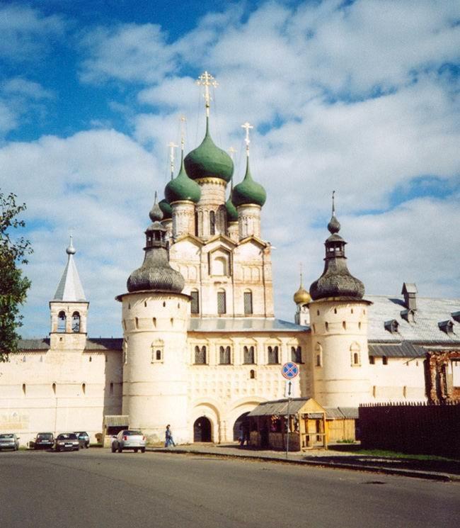 Экскурсионная программа: исторический центр города 18 века, Церковь Белая Троица. Обед.