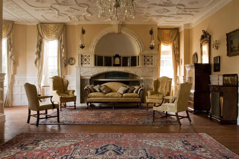 Немного истории о возникновении викторианского стиля. Отличительные особенности. Палитра цвета и оформление стен. Оформление пола. Мебель как отголоски традиций.